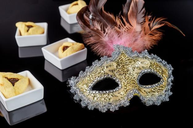 Еврейское печенье hamantaschen и карнавальная маска на пурим.