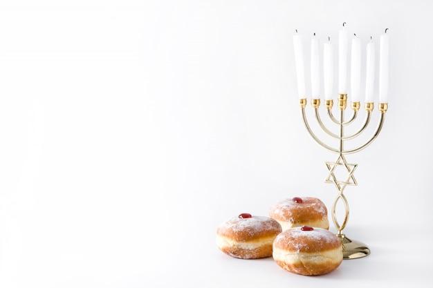 Еврейская ханукальная менора и суфганийот пончики изолированы копировать пространство