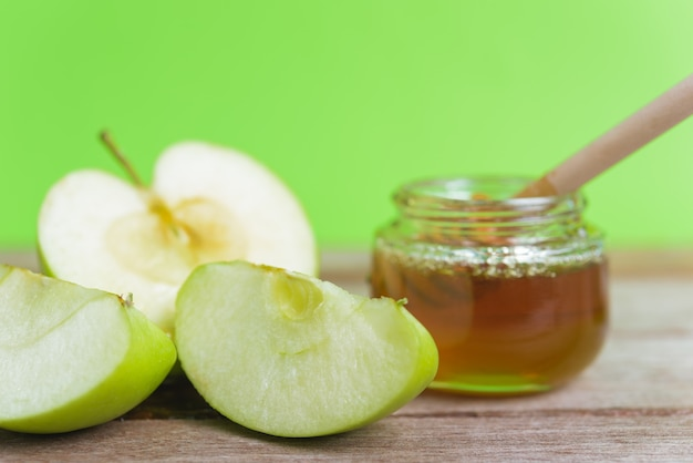 写真のユダヤ教の祝日アップルロッシュハシャナは、瓶に蜂蜜を入れ、青リンゴに蜂蜜を落とします
