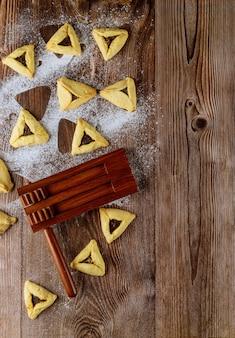 Еврейский праздник фон с печеньем hamantaschen и карнавальной маской для пурима. скопируйте пространство.
