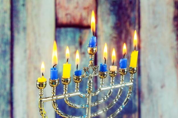유태인 휴일 하누카 메노라 전통 촛대가 있는 유태인 휴일 하누카의 낮은 키 이미지
