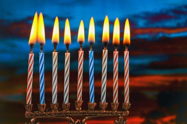 ユダヤ人の祝日のハヌカのシンボル - 本枝の燭台
