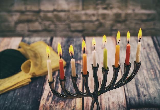 ユダヤ人の休日hannukahのシンボル - メノラ