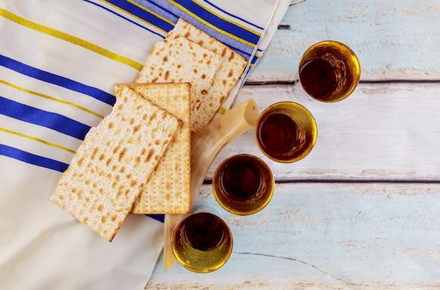 유태인 휴일 hannukhb 포도주와 matzoh - 유월절 저녁 식사의 요소