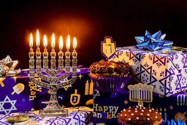 Еврейский праздник - празднование хануки со старинной менорой талит