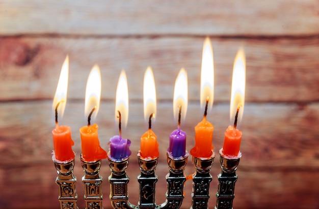 메노라와 유대교 휴일 하누카 창조적 인 배경. 메노라에 초점을 맞춘 위에서 봅니다. 레트로 필터 효과입니다.