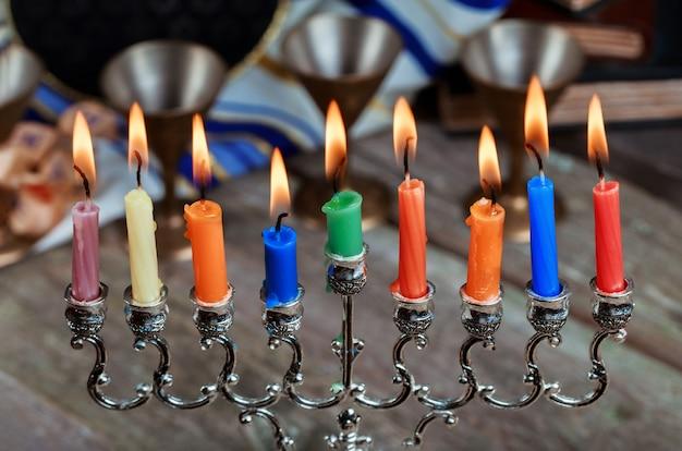 Еврейский праздник ханука с менорой на фестивале