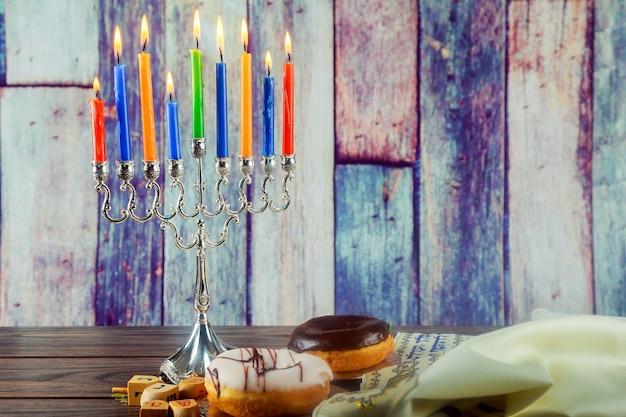메노라 전통 촛대와 b가 있는 유태인 휴일 하누카 배경의 유태인 휴일 이미지