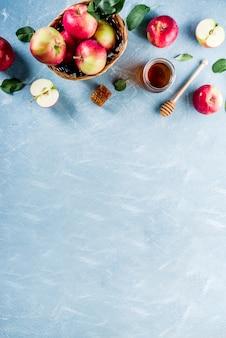 Еврейский праздник рош ха-шана или концепция яблочного праздника, с красными яблоками, яблочными листьями и медом в банке