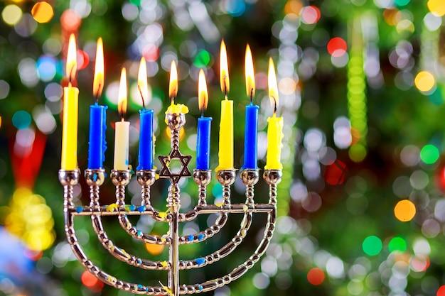 本枝の燭台とユダヤ人の祝日のシンボルハヌカの背景