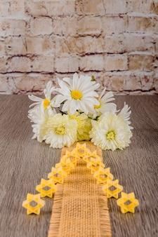 白い花の背景にパスタスープそばのユダヤ教の祝日シンボルパスタ