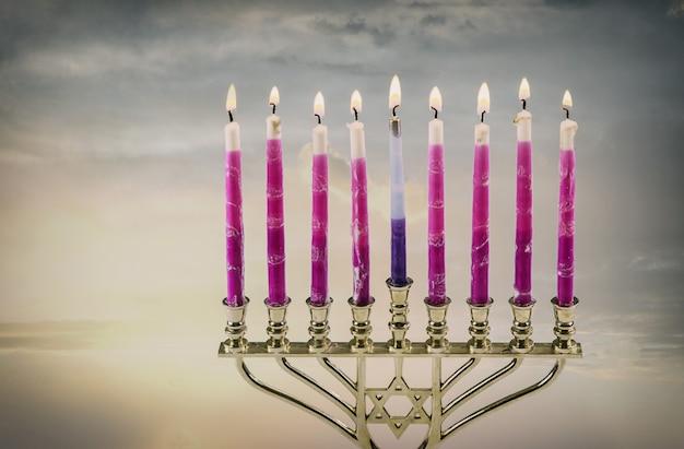 正統派ユダヤ教祭の燃えるろうそくハヌカ本枝の燭台とユダヤ教の祝日のシンボル