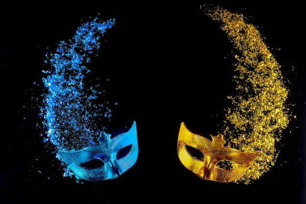 Purim을 축하하기위한 유태인 휴일 전통 카니발 파란색과 노란색 마스크.