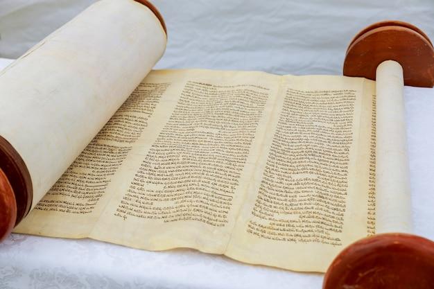 儀式用の服を着たユダヤ人の男2016年9月5日米国nyバル・ミツワーでユダヤ教の律法を読んでいる少年の手バル・ミツワーの律法を読んで