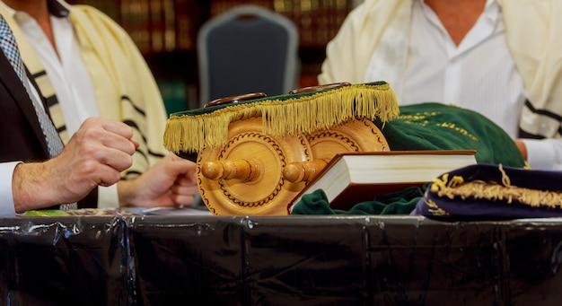ユダヤ人の男性が儀式の服に身を包んだ家族男性mitzvahエルサレムtorahスクロール