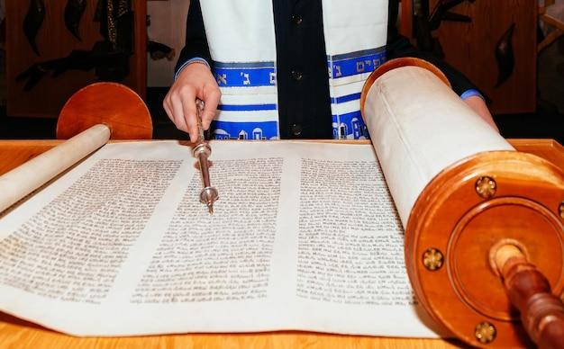 儀式用の服を着たユダヤ人の男、バル・ミツワーでトーラー2015年9月5日米国