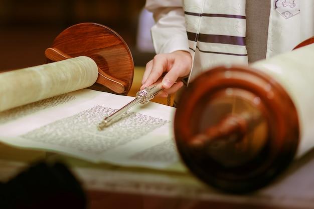 ユダヤ人の儀式の服に身を包んだ