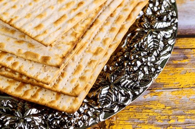 Хлеб еврейской мацы на металлической тарелке