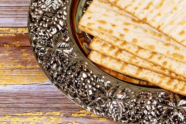 メタリックプレート上のユダヤ人のマツァの過越祭パン