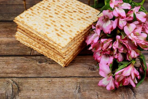 Еврейский хлеб мацы на деревянном деревенском фоне. концепция праздника пасхи