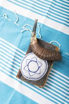 ショファルホーンキッパーとタリートの祈りの本でユダヤ人の宗教の休日