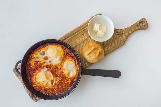 Еврейская яичница шакшука в сковороде.
