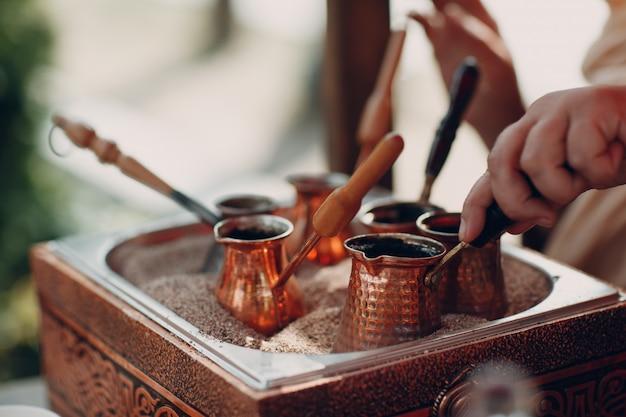 Jezveの砂でトルコアラビアコーヒーを作る