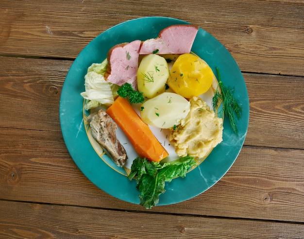 Ужин джиггса - традиционное блюдо ньюфаундленда и лабрадора, канада.