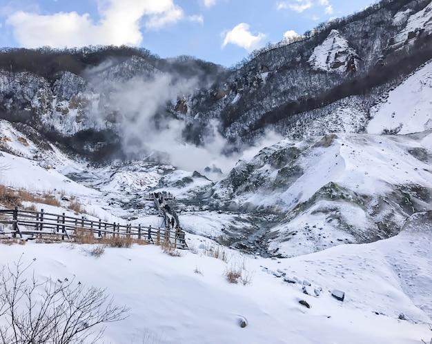 Jigokudani, известный по-английски как «долина ад», является источником горячих источников для многих местных онсенских курортов в новорибетсу, хоккайдо.