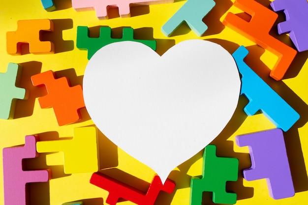 ジグソーパズル、世界自閉症啓発デー、白いハートのコピースペース