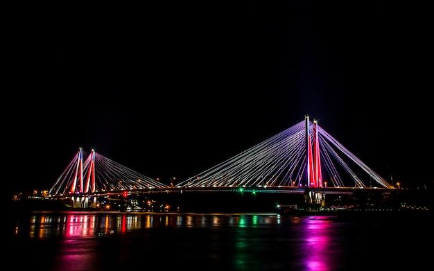 Сияющий красочный мост jindo, остров jindo, южная корея.