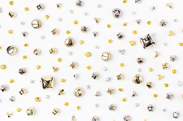 Образец колокольчиков. новогодний фон в золотых и серебряных тонах. плоская планировка, вид сверху