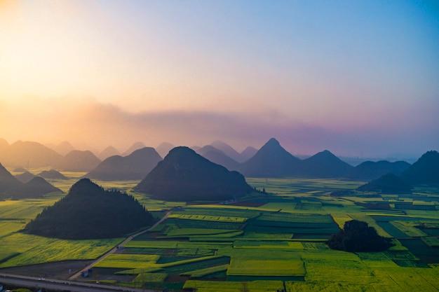 Небольшие деревни с цветами рапса в jinjifeng (golden chicken peak), китай