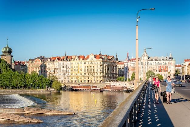 ジラセック橋とヴルタヴァ川の堤防。プラハ、チェコ共和国、2017年5月18日