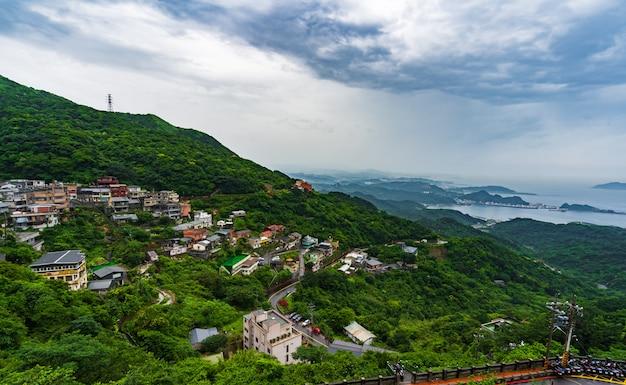 Jiufen деревня с горы в дождливый день, тайвань