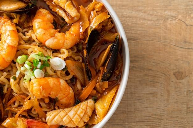 짬뽕 - 한국 해산물 국수 - 한국 음식 스타일