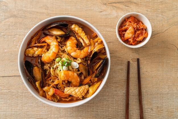 チャンポン-韓国のシーフードヌードルスープ-韓国のフードスタイル