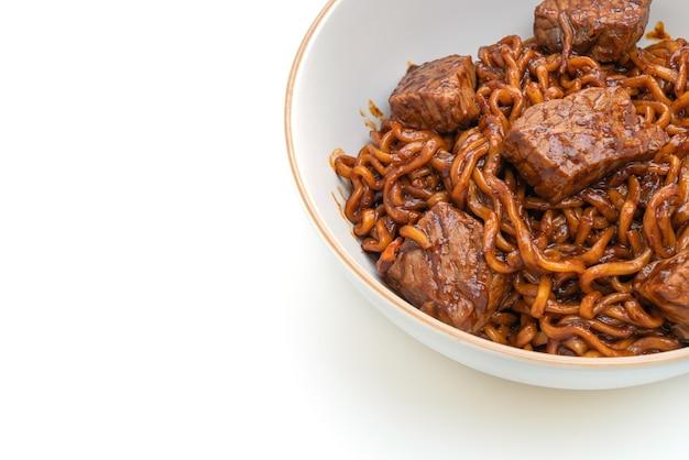 Джапагури или чапагури, острая лапша с корейской черной фасолью и говядиной изолированы
