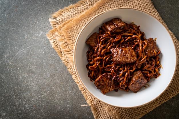Джапагури или чапагури, острая лапша из корейской черной фасоли с говядиной - корейский стиль еды Premium Фотографии