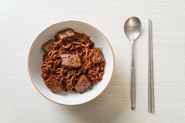 チャパグリまたはチャパグリ、牛肉入り韓国黒豆スパイシーヌードル-韓国料理スタイル
