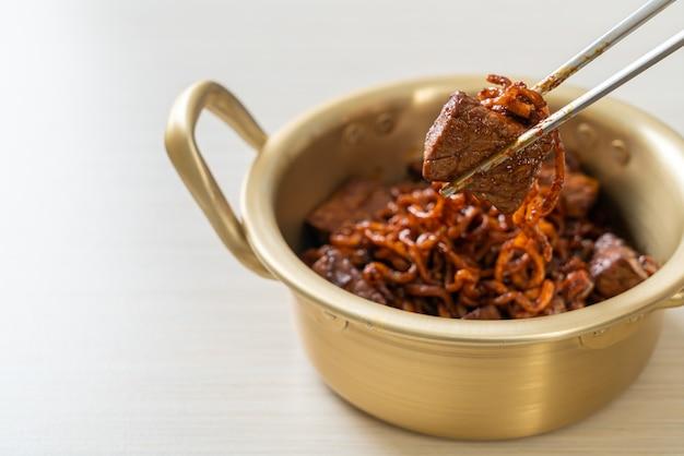 짜파구리 또는 차파구리, 쇠고기를 넣은 한국식 검은콩 매운 국수 - 한국 음식 스타일