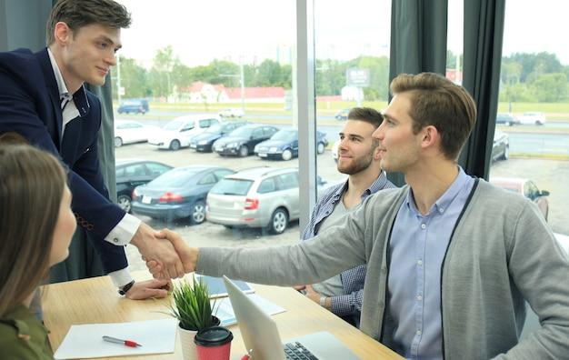 Соискатель на собеседовании. рукопожатие во время собеседования.