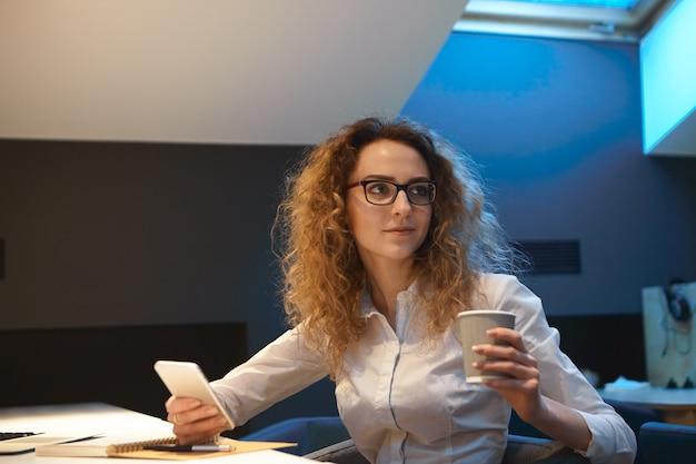 직업, 사업 및 직업 개념. 아름 다운 곱슬 머리 젊은 여자 비서 멀티 태스킹