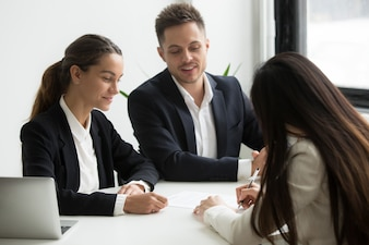 求職者候補者と潜在的な雇用主との契約締結