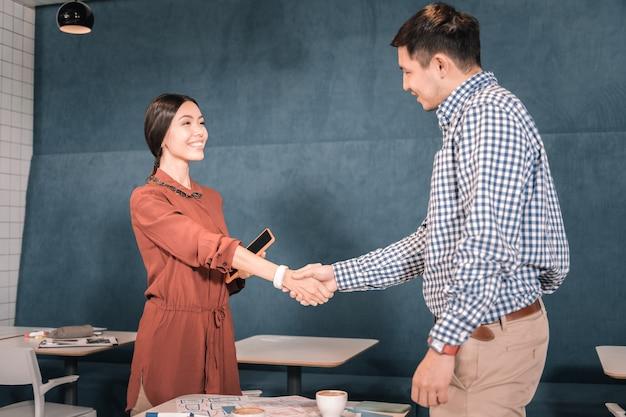 직업 인터뷰. 성공적인 유명한 사업가에 면접을 위해 오는 아름 다운 젊은 여자