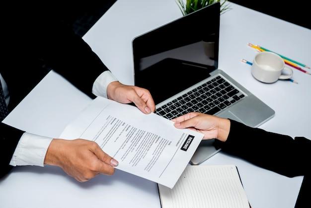 就職の面接。会社はビジネスを成功させるための新しい候補者を募集します。