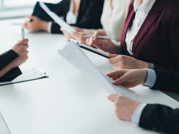 就職の面接。企業の採用。応募者の履歴書を調査するhrチーム。
