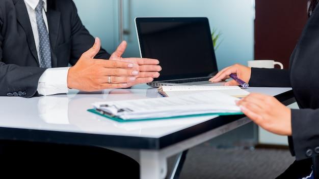 採用プロセスと新しいチームメンバーの就職の面接。会社は新しい候補者を募集します。