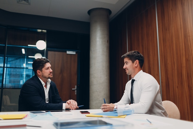 Собеседование hr с деловыми людьми, говорящими на встрече в офисе. концепция человеческих ресурсов.