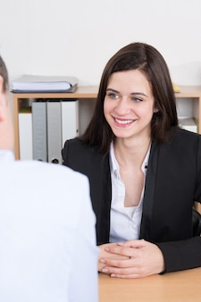 Собеседование или встреча ситуации: деловой мужчина и женщина на столе.